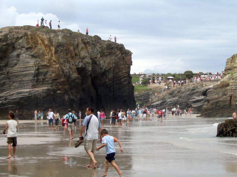 Playa de As Catedráis en Ribadeo, una de las zonas más visitadas de la costa de Lugo.
