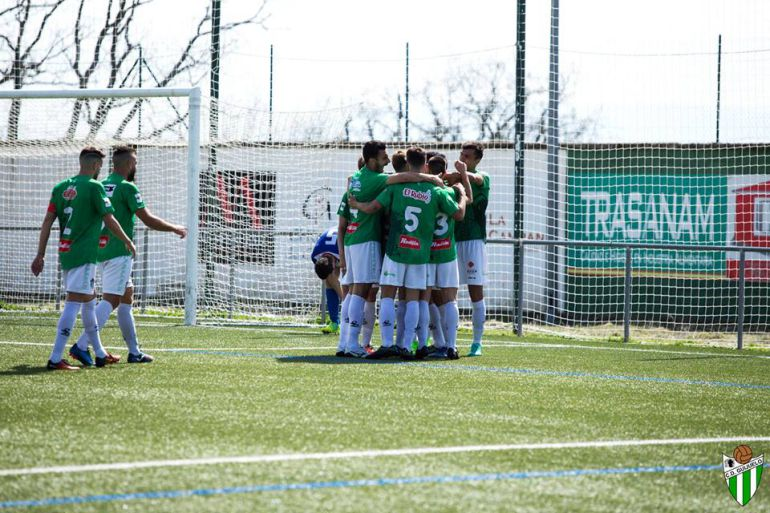 Los jugadores del Guijuelo celebran uno de los goles contra el Izarra. Foto del club.