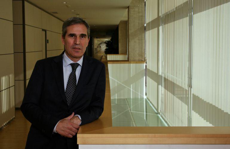 El procurador segoviano Juan José Sanz Vitorio en los pasillos de la Cámara Regional.