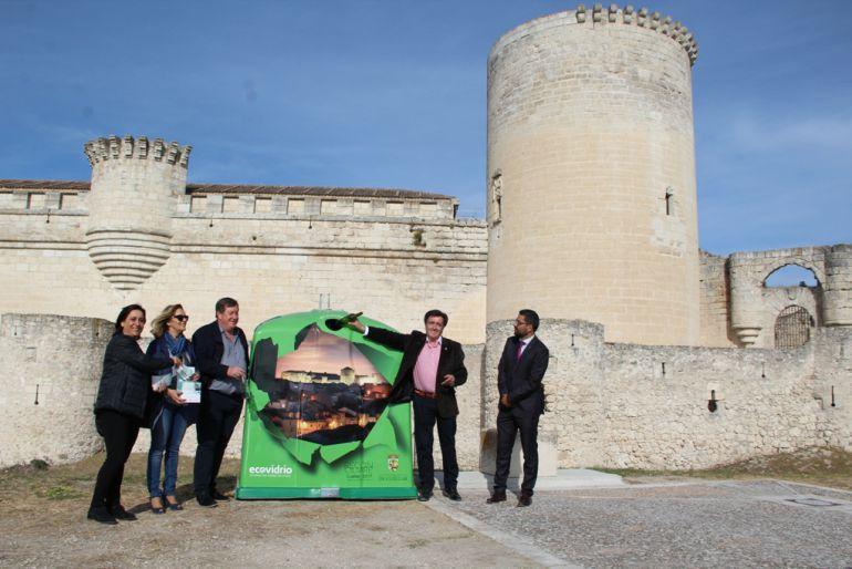 El alcalde y las concejalas de Turismo y Medio Ambiente junto con los responsables del Consorcio Provincial de Medio Ambiente y Ecoembes