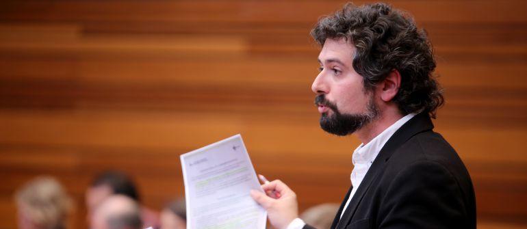 El portavoz de IU, José Sarrión, durante su intervención en el Pleno de las Cortes