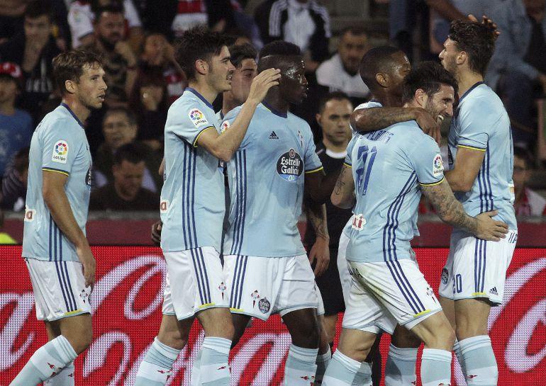 Los jugadores del Celta celebran el gol marcado por su compañero, Jozabed Sánchez ante el Granada