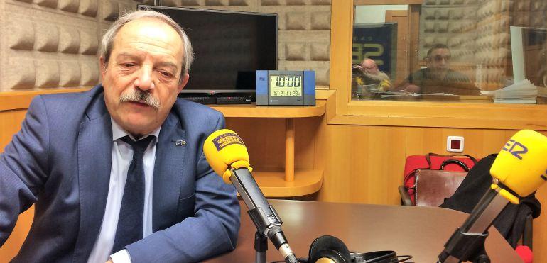 Wenceslao López en los estudios de Radio Asturias-SER