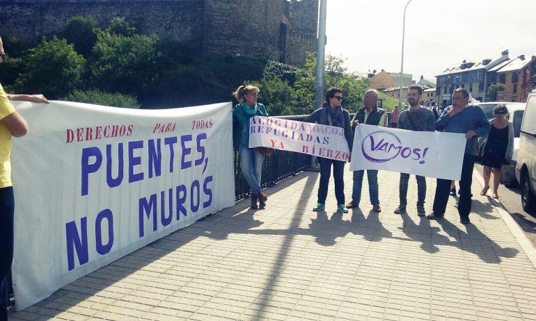Miembros del círculo de Podemos en Ponferrada con las pancartas que han colocado en el Puente García Ojeda, junto al castillo de los Templarios