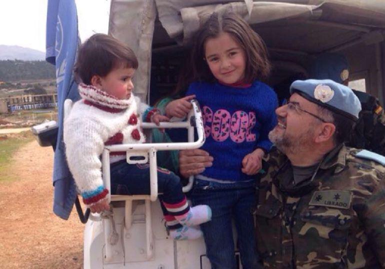Librado Carrasco , el impulsor de los cascos azules veterinarios con dos niños en Líbano