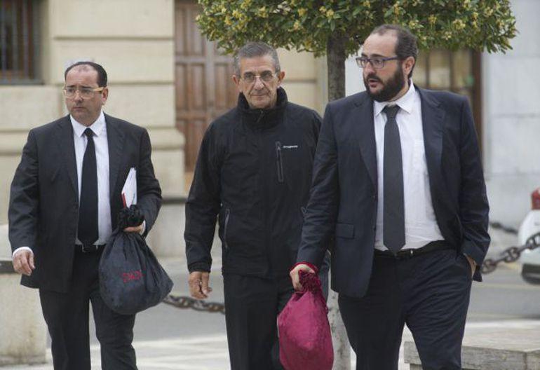 El padre Román, en el centro, junto a sus abogados llegando a la Audiencia de Granada en el juicio por abusos sexuales del que salió absuelto