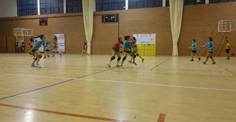 Jugadoras del Club Balonmano Femenino de Torredelcampo durante un partido.