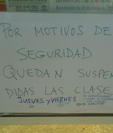 Cartel que se mostraba este jueves en la puerta del colegio jerezano de La Unión