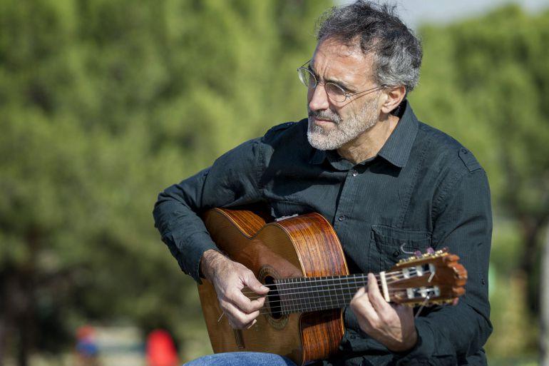 Rafa Sánchez componiendo en un parque de Madrid