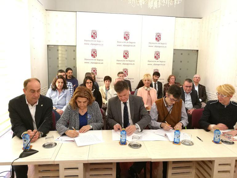 Momento de la firma de los convenios con las Asociaciones Sociales de la provincia