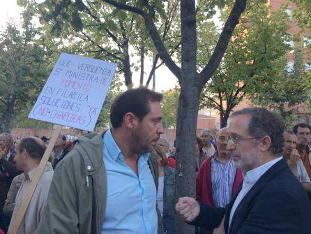 Óscar Puente y Manuel Saravia durante una de las manifestaciones contra el cierre del paso a nivel decretado por el Ministerio en septiembre de 2015