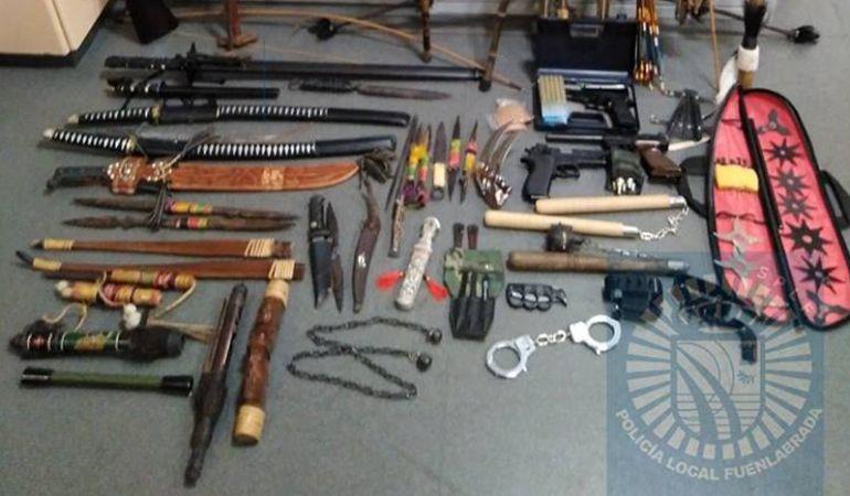 Entre las armas decomisadas se encontraban algunas prohibidas para su tenencia como puños americanos.