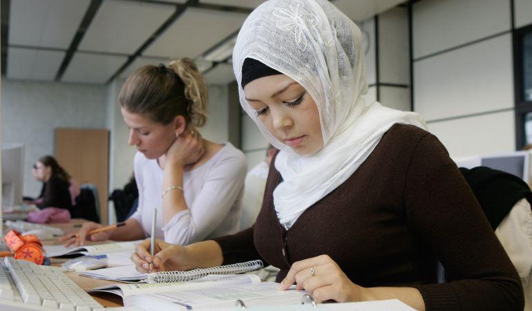 Dos jóvenes en clase frente a un ordenador