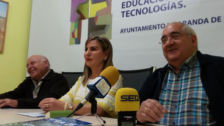 La concejala de Cultura en el Ayuntamiento de Aranda, Azucena Estebanm junto a integrantes de La Tanguilla