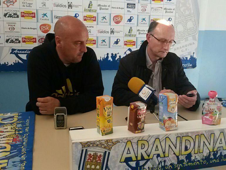 El entrenador madrileño junto al jefe de prensa del club en la rueda de prensa previa al duelo ante el Palencia