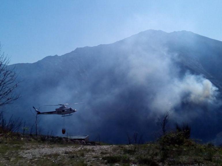 Helicóptero de BRIF Tineo (Brigadas de refuerzo de incendios forestales) en labores del extinción de incendio en Villalain (Allande)