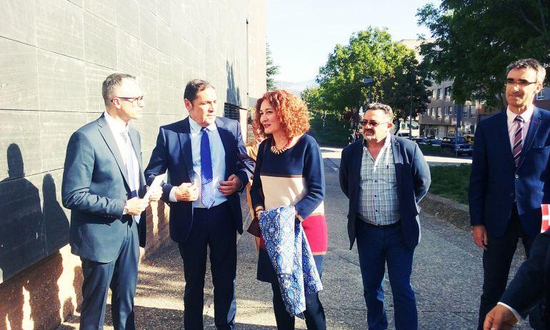 El consejero en el centro junto a la alcaldesa de Ponferrada