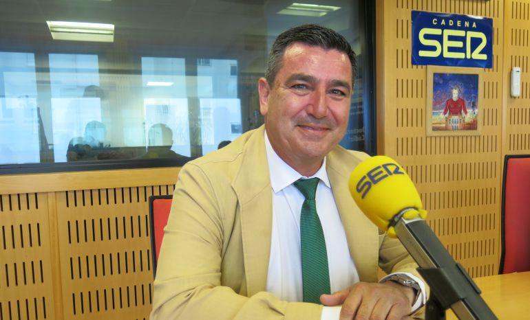 El delegado de la Zona Franca de Cádiz, Alfonso Pozuelo, posa en los estudios de Radio Cádiz