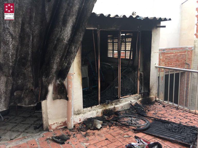 Imagen de la vivienda que ha quedado afectada por las llamas esta tarde en La Vall d'Uixó