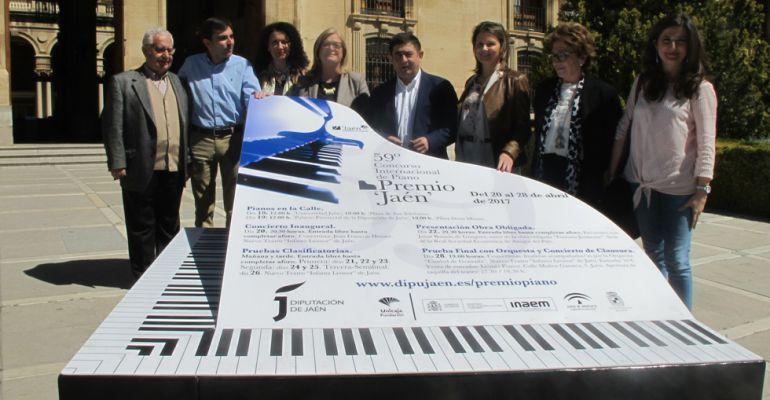 Diferentes autoridades junto a un banco-piano el día de la presentación del certamen.