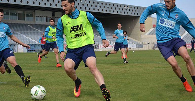 Dos jugadores del Real Jaén durante un entrenamiento esta semana.