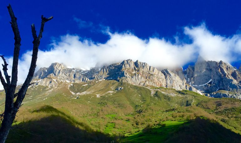 Vista general de los macizos desde Posada de Valdeón