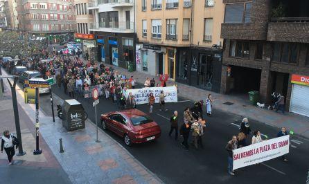 Un millar de personas se manifiestan contra las obras de la Plaza del Grano