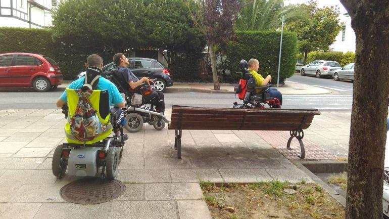Ciudadanos de Lugo en silla de ruedas por la ciudad