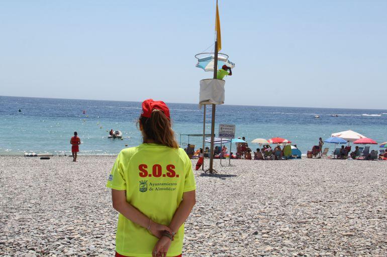 Una socorrista vigila la playa de Almuñécar