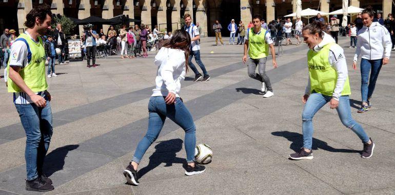 Granero, Zelaia, Ramajo, Encinas, Illarra y Oyarzabal jugando en la calle