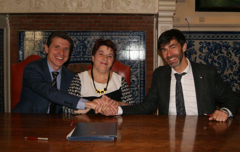 El concejal Andrés Torquemada, la alcaldesa Clara Luquero y el presidente de Cruz Roja José Luis Montero tras la firma del convenio de la cesión de una vivineda para acoger a una familia de refugiados de Siria.