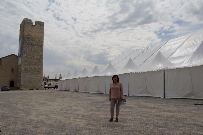 La concejal de Industria, Nuria Fernández ha presentado la próxima Feria Comarcal ante el montaja de las carpas que acogerán a 14 expositores
