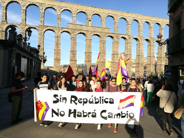 La manifestación por la República ha partido de la plaza del Azoguejo
