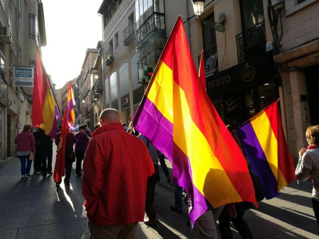 Los manifestantes con banderas tricolores por las calles del centro de la ciudad