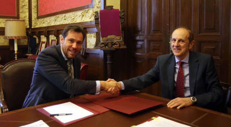 El alcalde, Óscar Puente, y el gerente de la empresa, Tomás Pérez, en una imagen de archivo