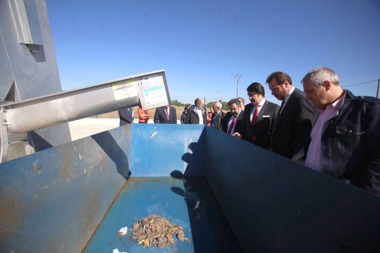 El Consejero de Fomento y Medio Ambiente, Juan Carlos Suárez-Quiñones, asiste a la inauguración de la finalización del emisario de Laguna de Duero a la estación depuradora de aguas residuales de Valladolid acompañado del alcalde de Valladolid, Óscar Puente.