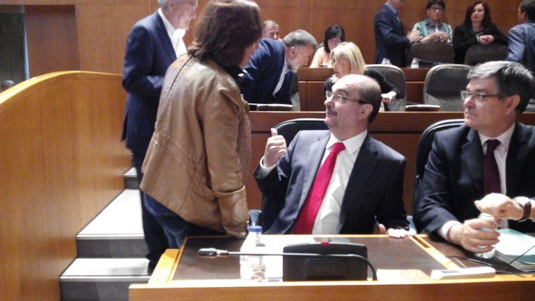 El presidente de Aragón, Javier Lambán, dialoga con la consejera de Educación, Mayte Pérez