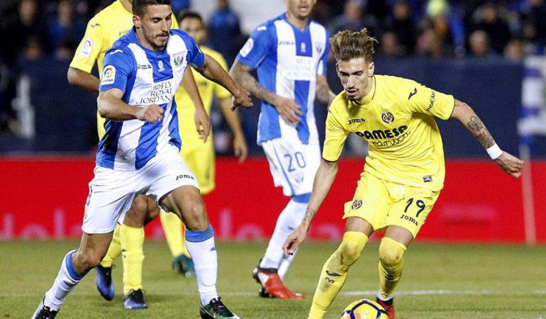 El centrocampista del Villarreal Samuel Castillejo (d) con el balón ante el centrocampista brasileño del Leganés Gabriel Pires durante el partido de la primera vuelta en el estadio Municipal de Butarque, en Leganés.