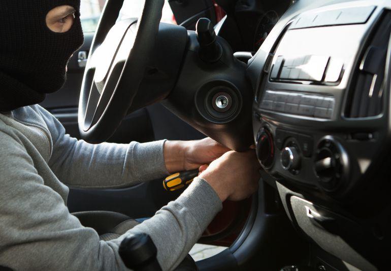 """Le pillan robando un coche y dice que está haciendo """"prácticas de mecánica"""""""