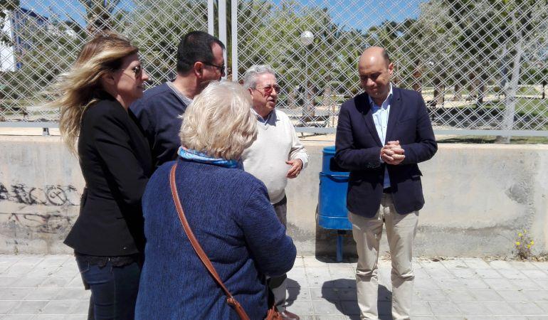 El alcalde, Gabriel Echávarri, se ha reunido con los vecinos de la zona en una visita al parque de Lo Morant.