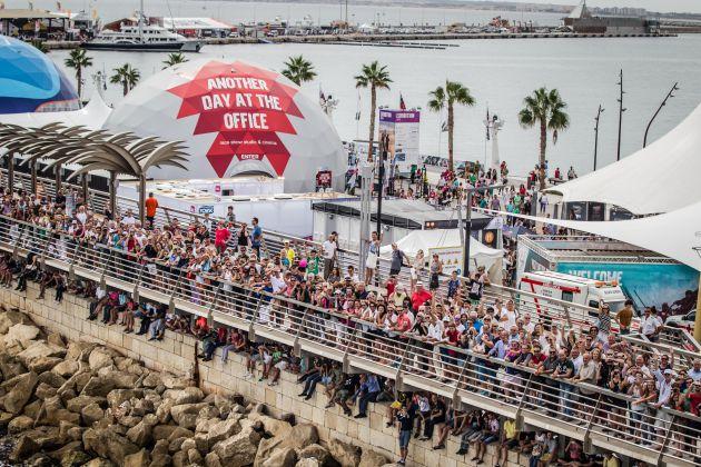Público en el Village de la Volvo Ocean Race 2014-2015 en la regata in-port