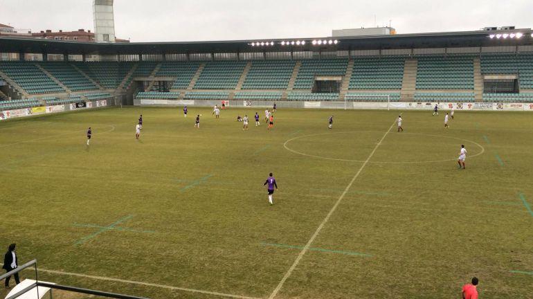 Los futbolistas morados durante un encuentro en la Nueva Balastera