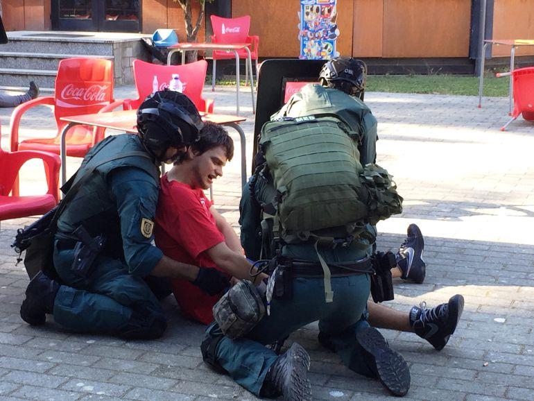 Miembros de los cuerpos de seguridad socorriendo a un joven durante el simulacro