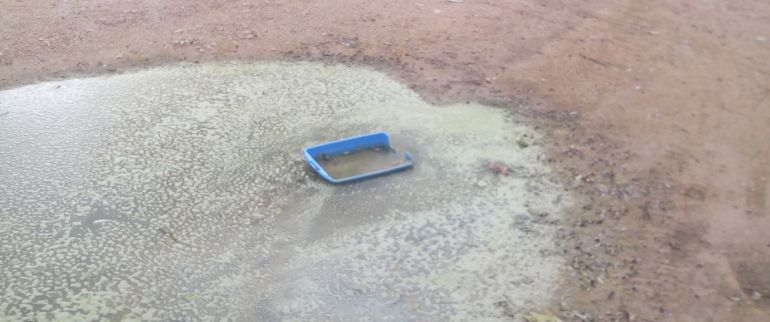Los charcos que se forman en la parcela tardan meses en desaparecer, con la consiguiente putrefacción del agua