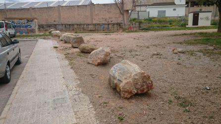 Las piedras que cierran el acceso a la parcela