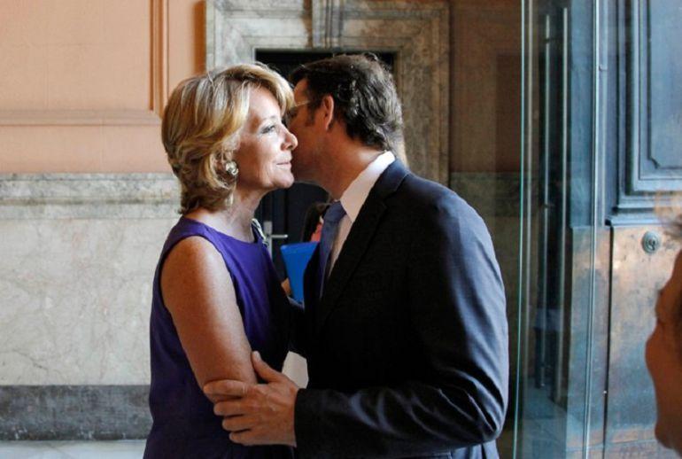 El presidente de la Xunta, Alberto Núñez Feijoo, saluda a Esperanza Aguirre en una reunión en Madrid