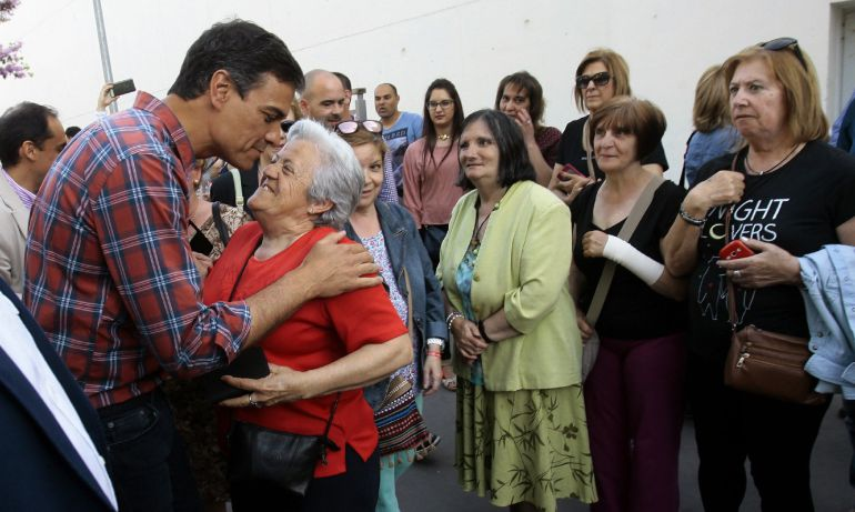 El candidato al proceso de primarias en el PSOE, Pedro Sánchez (i), participa en un acto con militantes para presentar su documento 'Por una nueva socialdemocracia', esta tarde en Guadalajara.