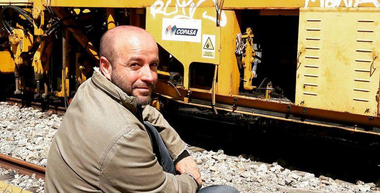 Luis Villares, ante una máquina de tren