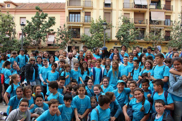 Alumnos de los centros educativos de Motril se han concentrado en la Plaza de España de Motril, junto a la alcaldesa Flor Almón y el delegado de educación, Germán González con motivo del día del libro