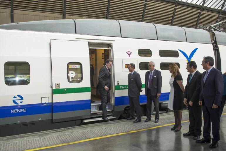Rajoy, bajándose del tren tras realizar el viaje entre Madrid y Sevilla, 25 años después de la puesta en marcha de la primera línea del AVE de España.